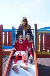 """Η Μάνια Ζηρίδη φωτογραφίζεται στο πλαίσιο της συνέντευξης που έδωσε στο KidsHub, με τις δίδυμες κόρες της Νάγια και Άννα. Τίτλος της συνέντευξης """" Η μαγεία του καλοκαιριού, οδηγός παιδικής ευτυχίας."""""""