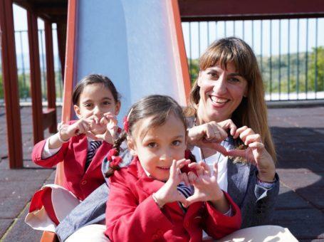 """Συνέντευξη της Μάνιας Ζηρίδη στο KidsHub, με τίτλο """"Η μαγεία του καλοκαιριου, οδηγός παιδικής ευτυχίας""""."""