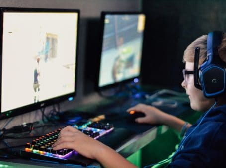 Η ζωή βρίσκεται εκεί έξω. Στον αθλητισμό. Στην τέχνη. Στο παιχνίδι στη φύση. Σε κάθε είδους χρήσιμη επιμορφωτική δραστηριότητα και ενασχόληση. Μακριά απο το ψηφιακό κόσμο που τα παιδιά σήμερα αρέσκονται να ζουν.